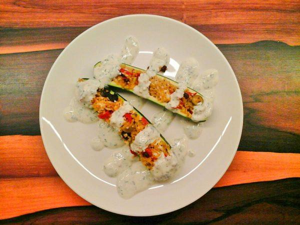 Zucchini gefüllt mit Bulgur, Feta und Oliven
