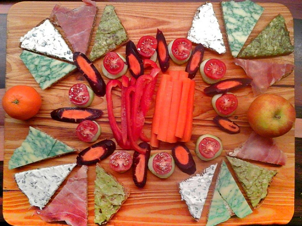 Abendbrot mit Schnittchen und Gemüse