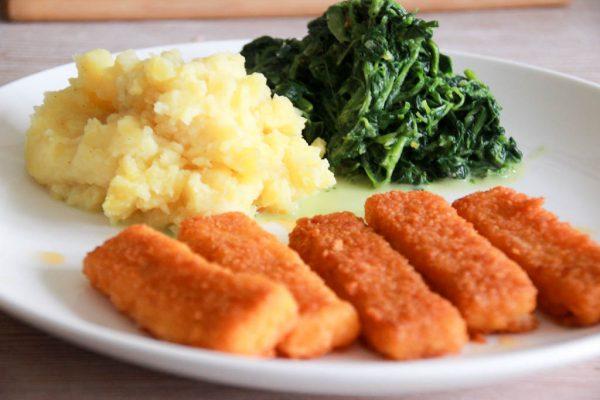 Fischstäbchen mit Spinat und Stampfkartoffeln