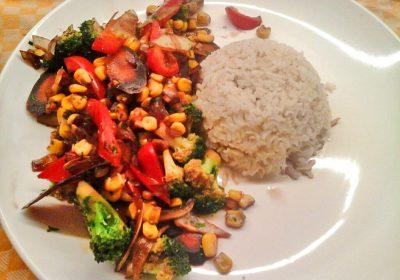 Gemüsepfanne mit Brokkoli und Reis