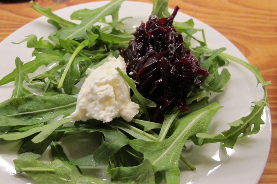 fermentierte rote Beete mit Frischkäse auf Salat