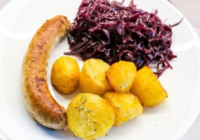 Bratwurst, Kartoffeln mit Rotkohl