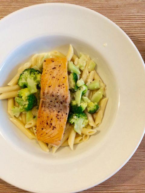 gebratenes Lachfilet mit Brokkoli und Nudeln in Sahnesauce