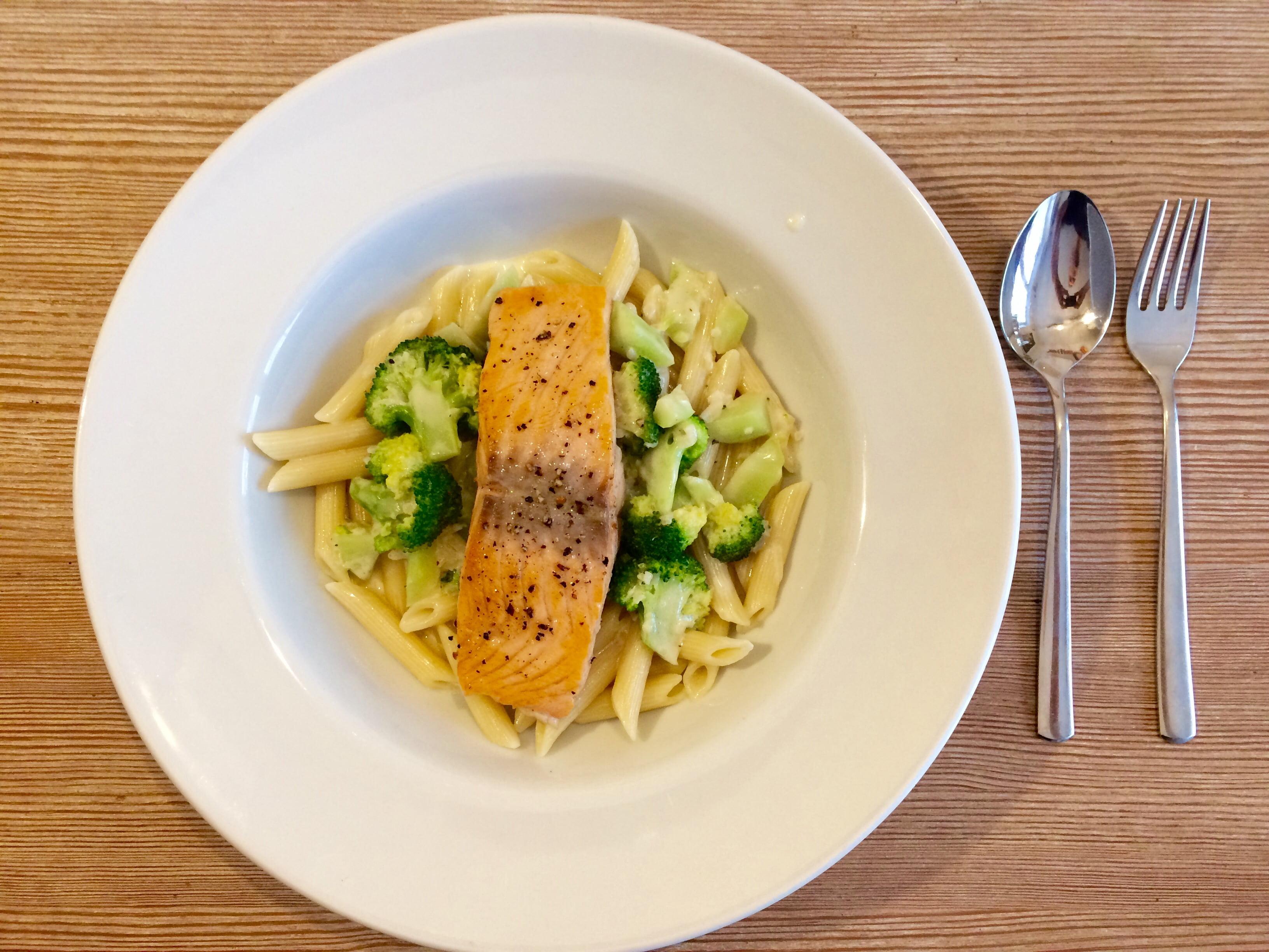 Lachs mit Brokkoli und Nudeln