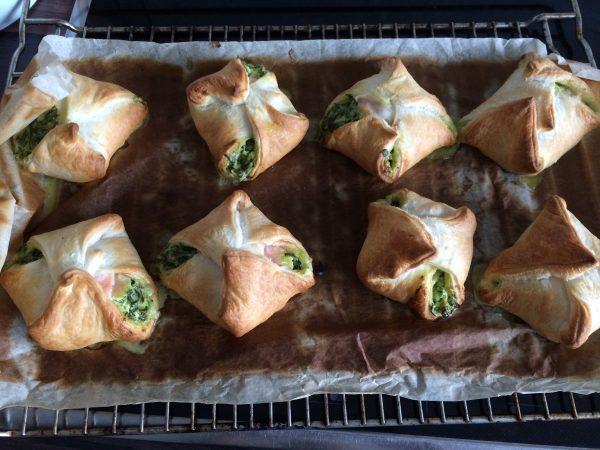 Blätterteigtaschen mit frischem Spinat, Räucherlachs und Sauce Holandaise
