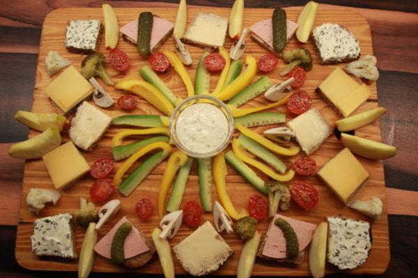 kalte Platte mit Gemüse und Schnittchen
