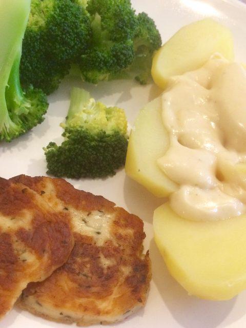 Broccoli mit Kartoffeln, Sauce und gebratenem Haloumi