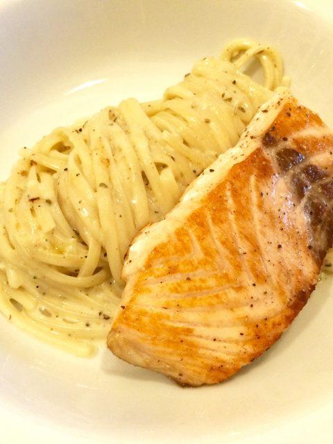 gebratenes Lachsfilet mit Pasta in SalbeiSauce