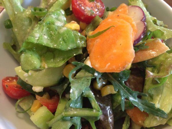 gemischter Salat mit Vinaigrette, Apfel und Feta