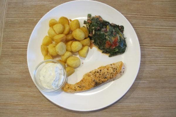 gebratenes Lachsfilet mit Mangold und frittierten Kartoffeln