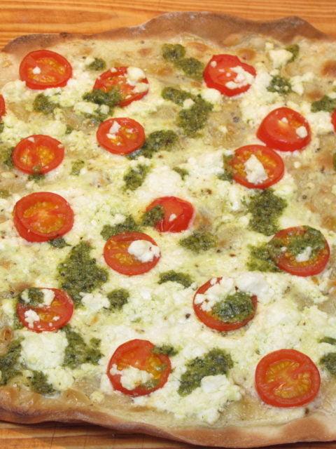 Flammkuchen mit Tomate, Feta und Basilikumpesto