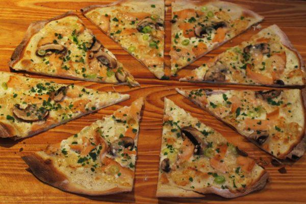 Flammkuchen mit Lachs, Champignons und Parmesan