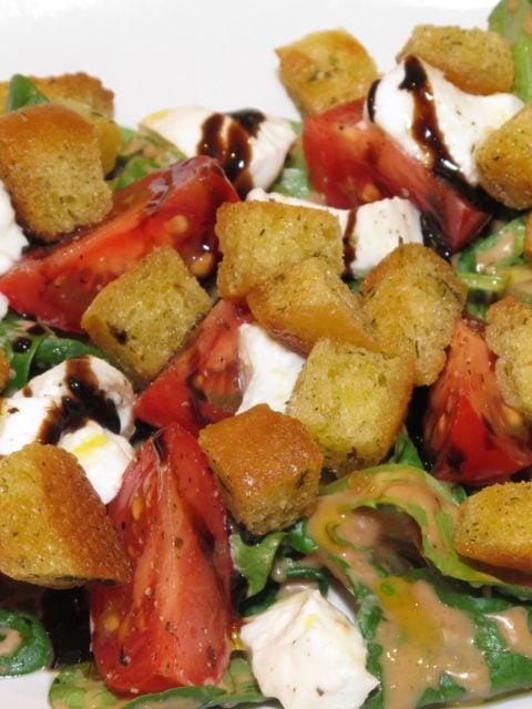 Feldsalat mit Tomate und Büffelmozzarella