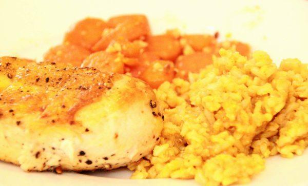 Hähnchenbrustfilet mit Curryreis und Möhren mit gehackten Pinienkernen