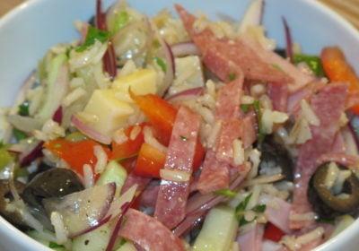 Reissalat mit Wurst und Käse