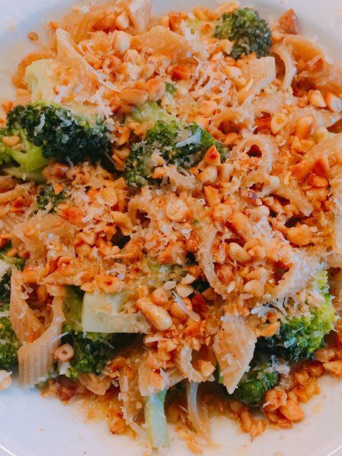 Nudeln mit Brokkoli und gerösteten Pinienkernen