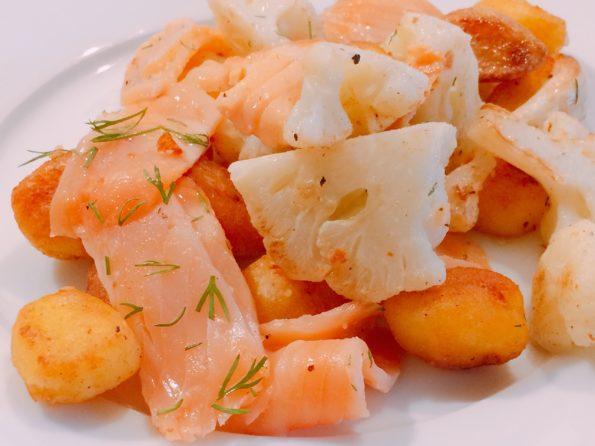 Gebratener Blumenkohl mit Kartoffeln und Räucherlachs