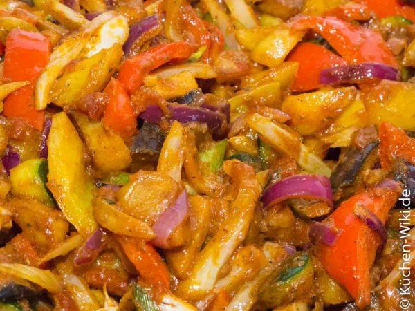 Kizartma, gebratenes mediteranes Gemüse in Tomatesauce