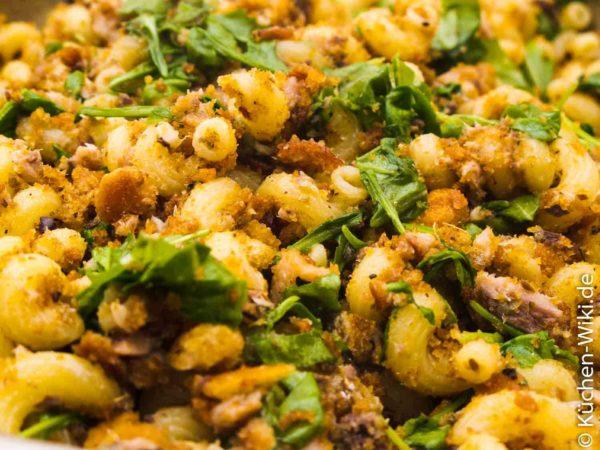 Pasta mit Sardinen, Rucola und gebratenen Semmelbröseln