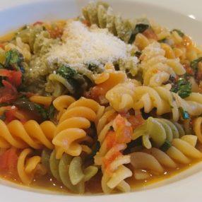 Pasta mit Tomatenwürfeln in Gemüsebrühe